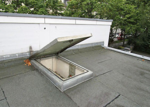Roof hatch with gas spring