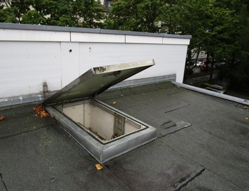 Gas springs open a roof hatch smoothly and without effort