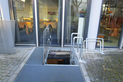Emergency exit hatch with gas springs