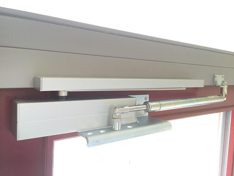Die Befestigungskonsole für Montage in Kombination mit einem Obentürschließer auf dem Türblatt ermöglicht eine optimale Funktion