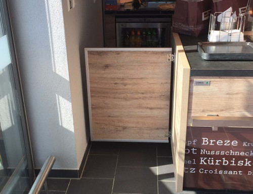 Swing door with hold-open in a bakery
