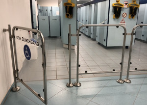 Invisible door closer on access gate