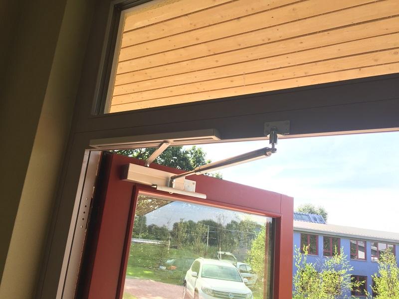 Die erste Probemontage überzeugte die Schule, so daß anschließend noch weitere 4 Türen nachgerüstet wurden.