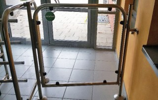 Tube door closer RTS on access door to swimming pool
