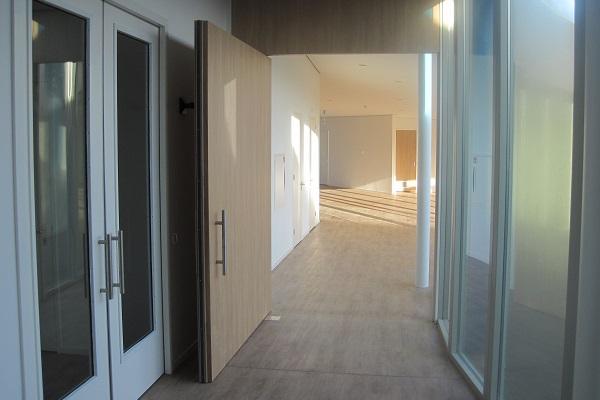 Floor spring on pivoting door