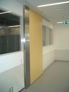 Sliding doors shall always close automatically, without current.