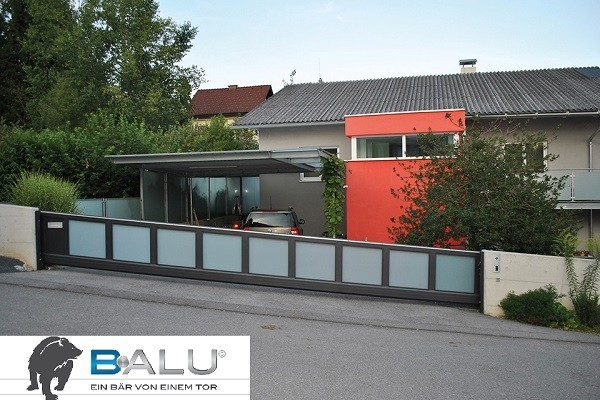 Sliding gate of the Balu brand protects a gateway – DICTATOR radial damper offers safety.